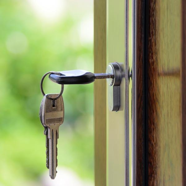 Schlüsselt steckt in Türschloss